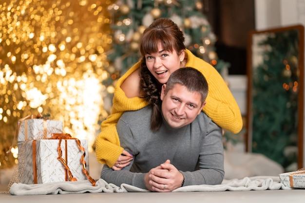 Een mooi vrolijk stel begroet de kerstvakantie in een gezellige huiselijke sfeer