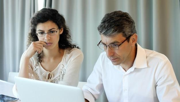 Een mooi zakenmeisje van middelbare leeftijd in een modern kantorencentrum krijgt slecht nieuws via e-mail