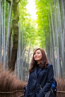 Een mooie aziatische vrouw met bamboebos