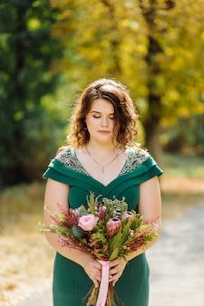 Een mooie bruid die groene trouwjurk draagt
