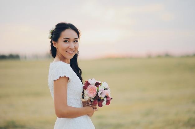 Een mooie bruid heeft een boeket in haar handen. bruiloft. blije liefde .