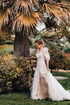 Een mooie bruid met aangename trekken in een trouwjurk wordt gefotografeerd in de provence. portret van de bruid in frankrijk.