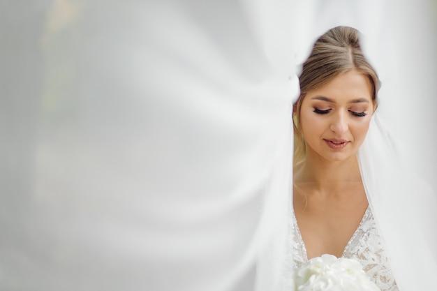 Een mooie bruid trouwjurk dragen