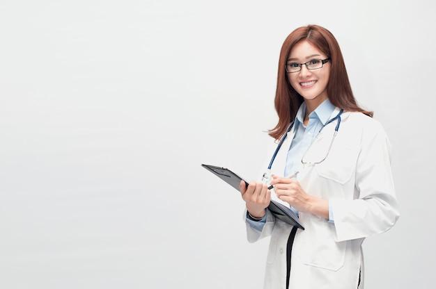 Een mooie dokter die zowel een tandarts, een chirurg, een schoonheidsspecialist kan zijn.
