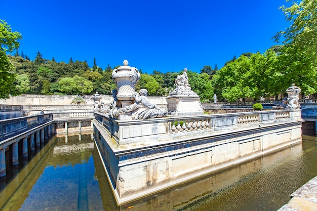 Een mooie fontein in jardin de la fontaine in nîmes, frankrijk