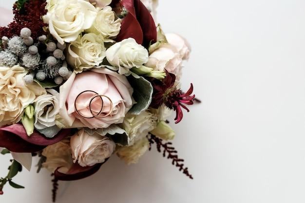 Een mooie foto met trouwringen ligt