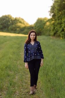 Een mooie jonge vrouw die in het bos loopt