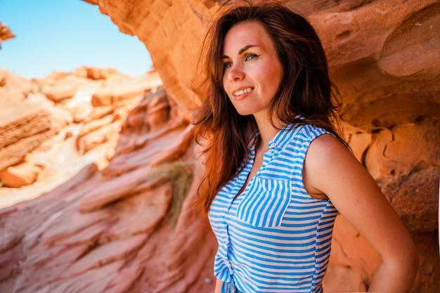 Een mooie jonge vrouw in de valley of fire in nevada met een prachtig landschap