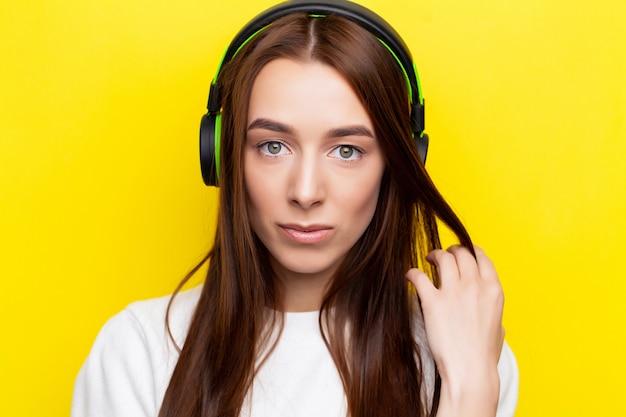 Een mooie jonge vrouw in hoofdtelefoons