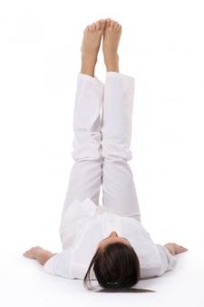 Een mooie jonge vrouw in yoga pose