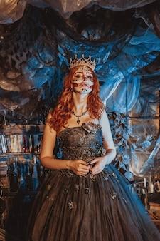 Een mooie jonge vrouw met een kroon en een elegante historische jurk met een opgestoken barokkapsel