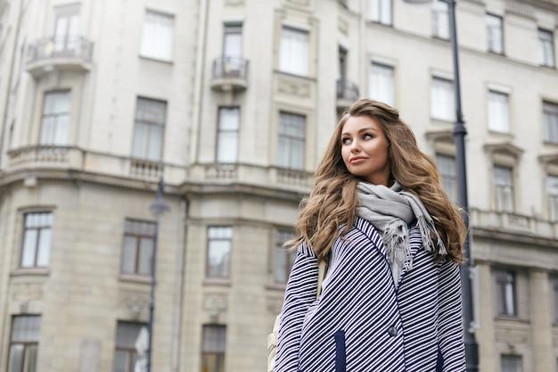 Een mooie jonge vrouw poseert buiten