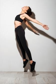 Een mooie krullende brunette fitness vrouw