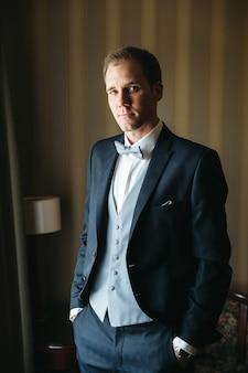 Een mooie man bereidt zich voor op zijn bruiloft