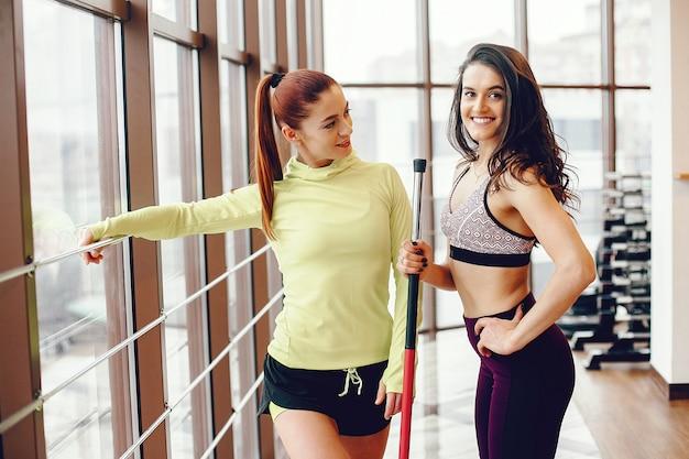 Een mooie meid houdt zich bezig met een sportschool