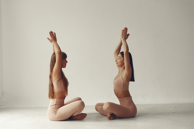 Een mooie meid houdt zich bezig met een yogastudio