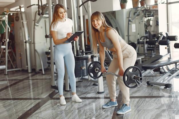 Een mooie meid is bezig met een sportschool