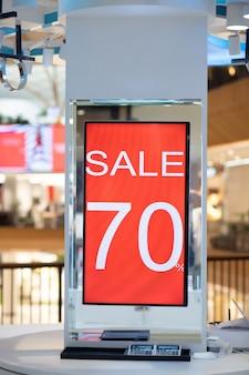Een mooie rode vlag met 70 procent korting, digitaal geïnstalleerd in een winkelcentrum. korting. verkoop. boodschappen doen.