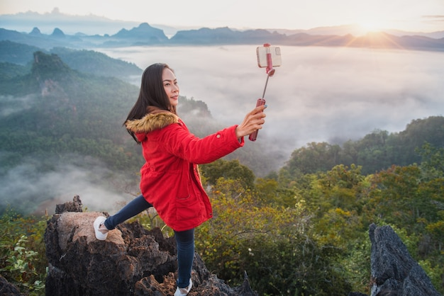 Een mooie vrouw die een selfie neemt op phu pha mok ban jabo in de provincie mae hong son, thailand.