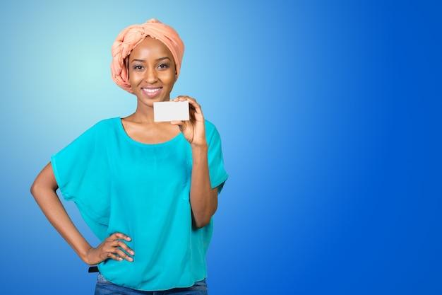 Een mooie vrouw met een perfecte glimlach houdt een visitekaartje