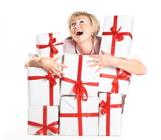 Een mooie vrouw met geschenken.