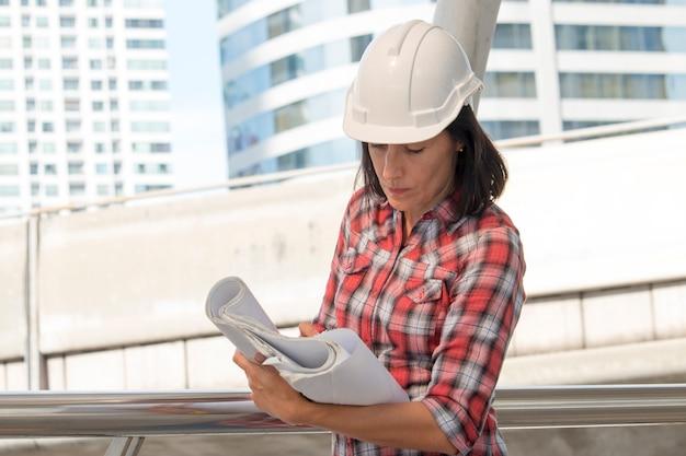 Een mooie vrouw werkt bij bouwwerf