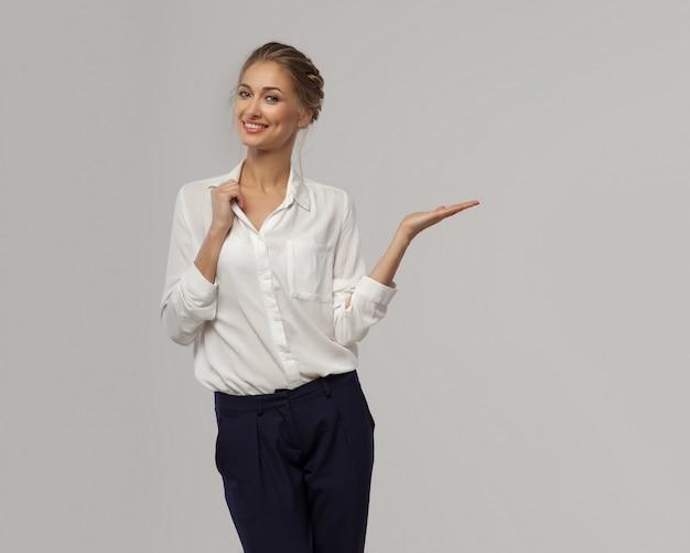 Een mooie zakenvrouw in een wit klassiek kantoor shirt