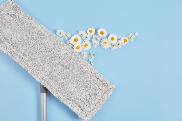 Een mop voor thuisreiniging en een bloemengeur. concept van natuurlijk milieuvriendelijk reinigingsproduct.