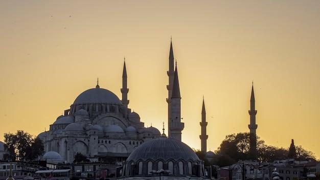 Een moskee met torens bij zonsondergang in istanboel, turkije