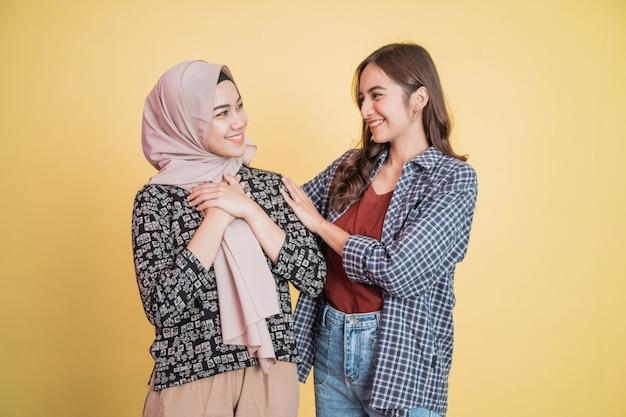 Een moslimvrouw met opgewonden gebaar wanneer een vriend haar kalmeert terwijl ze problemen heeft