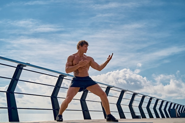 Een muay thai of kickbokser training met schaduwboksen buiten