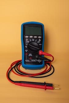 Een multimeter die wordt gebruikt om verschillende waarden te meten, zoals spanning, weerstand, stroom en ook temperatuurdatum. het is in de scene.