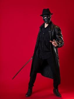 Een mysterieuze ninja-moordenaar in noir-stijl, een man in zwartleren kleding