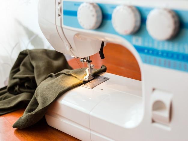 Een naaimachine met stof, atelierconcept