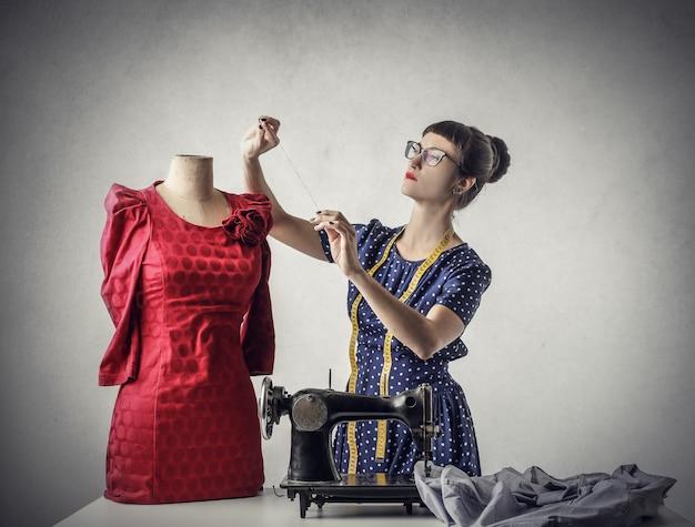 Een naaister aan het werk