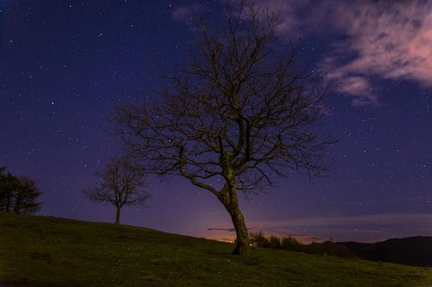 Een nacht in de baskische berg genaamd aiako harriak, in irun, baskenland.