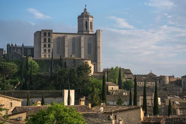 Een nadere blik van de emblematische tempel van st mary's in het voormalige gedeelte van girona