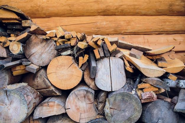 Een nette grote houtstapel is gemaakt van hout voor buitenbad. ssunny lente