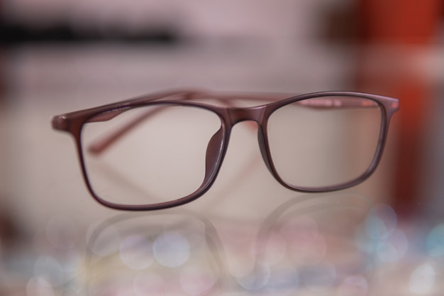 Een nieuw brillenmodel in de optiekwinkel van de oogkliniek