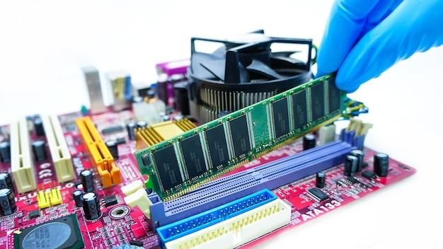 Een nieuw ram ddr-geheugen installeren voor een pc-processorsocket in een service