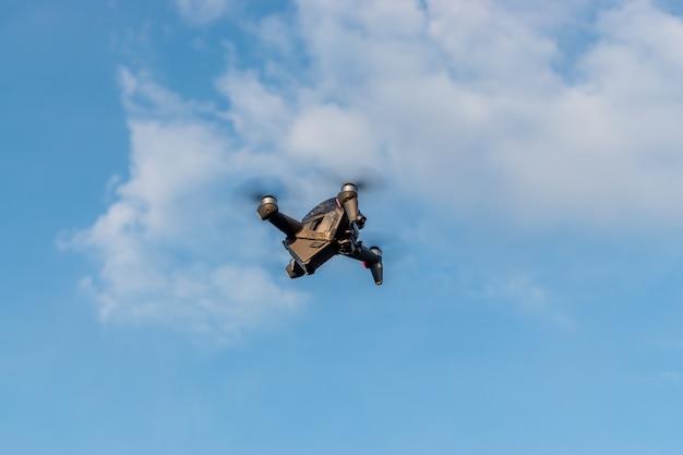 Een nieuwe dji fpv-drone vliegt tijdens een zonnige dag op de hemelachtergrond