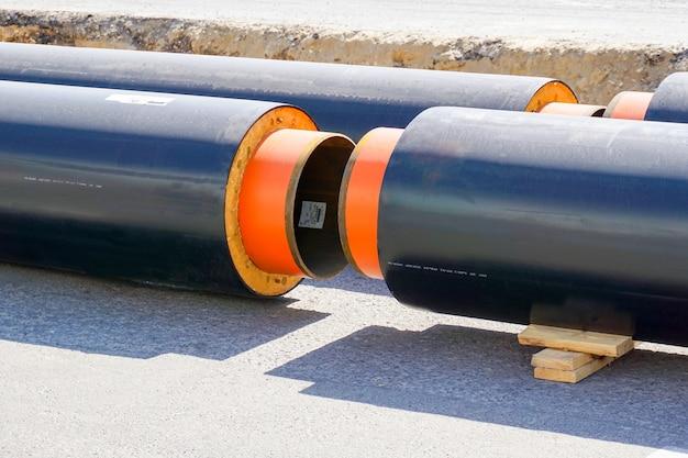 Een nieuwe pijpleiding van propyleen dn 400 op de achtergrond van een olieraffinaderij
