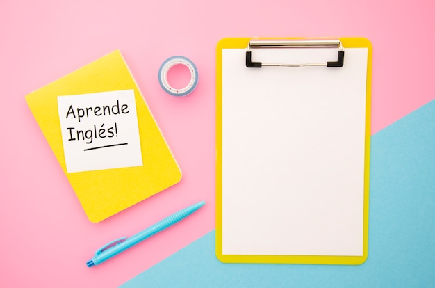 Een nieuwe taal leren objecten met leeg klembord