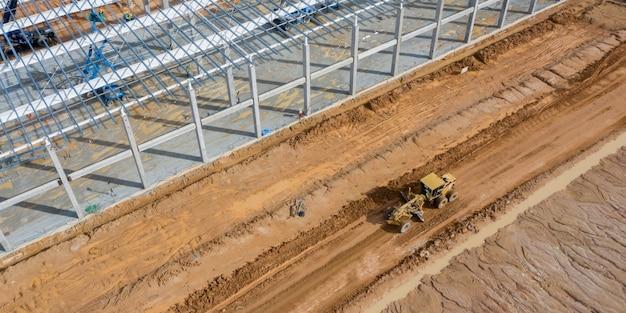 Een nivelleermachine die bij bouwwerf werkt