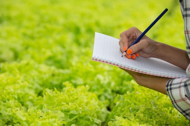 Een notitieboekje in de handen van een jonge vrouw in de kinderkamer.