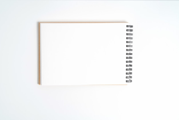 Een notitieboekje op een veer. geïsoleerd op een witte achtergrond.