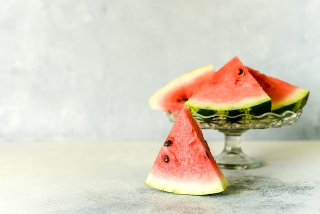 Een nuttige bes voor het dieet. zoete heerlijke ijslollys watermeloen segment in de zomer op een lichte rustieke achtergrond. kopieer ruimte voor ontwerper