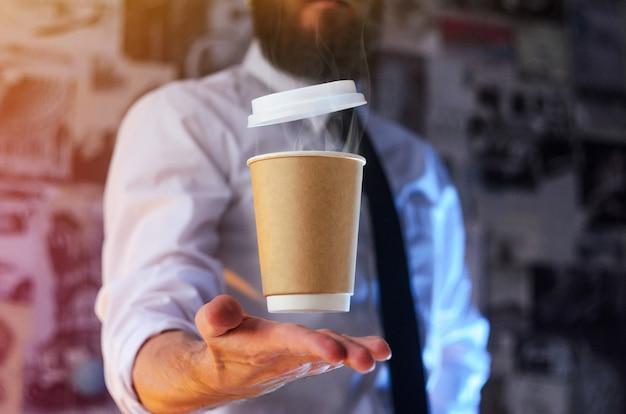Een ober en een zwevende kop warme koffie