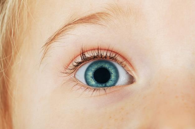 Een ogen vierjarig meisje