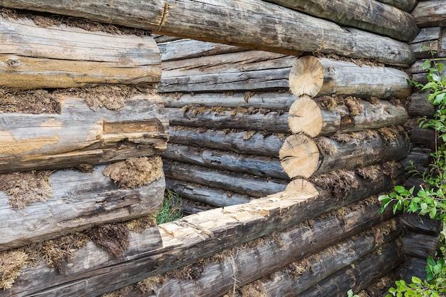 Een onafgewerkt blokhut staat aan de rand van het dorp rustieke architectuur en levensstijl